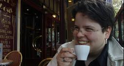 Soós Eszter Petronella politológus (ELTE ÁJK, 2009), francia nyelv és irodalom szakos bölcsész (ELTE, BTK, 2008). 2014-ben szerzett abszolutóriumot az ELTE Állam- és Jogtudományi Karának Politikatudományi Doktori Iskolájában. A kortárs gaulle-izmusról szóló doktori disszertációját várhatóan 2015-ben védi meg. Kutatói és oktatói munkái mellett politikai tanácsadóként dolgozik.