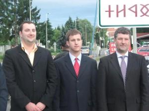 Takács Adrián (Jobbik, Vas megyei ifjúsági szervező), Bana Tibor (Jobbik, országgyűlési képviselő) és Huszár Gábor rovásírásos helységnévtáblát avat