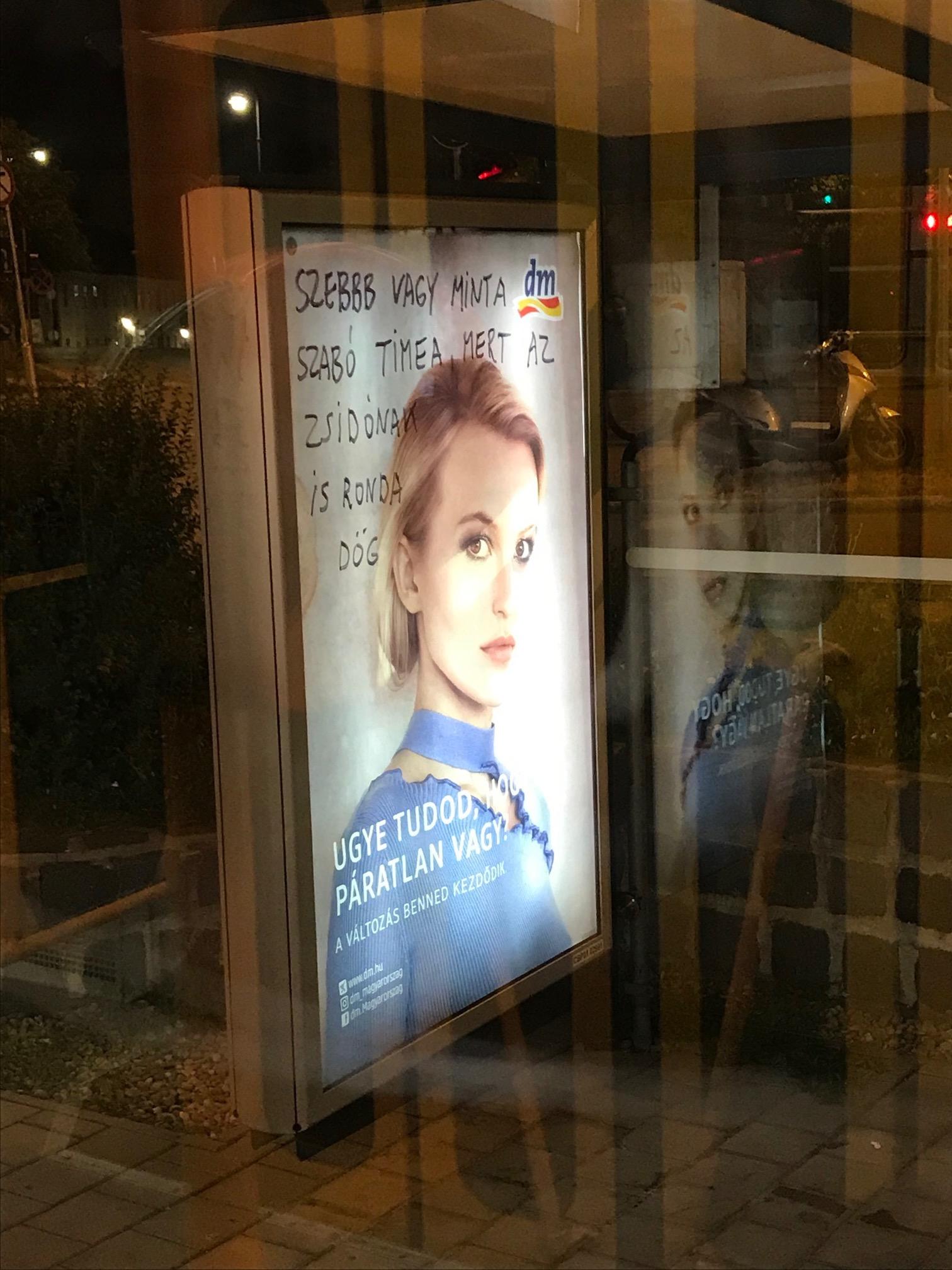 Gyűlöletkeltő felirat a villamosmegállóban