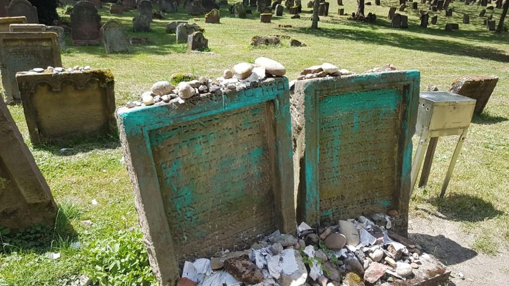 Sírrongálások Európa legrégibb zsidó temetőben
