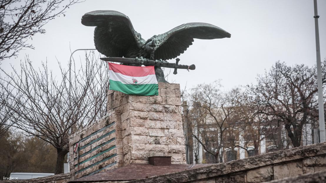 Pokorni újabb pálfordulása: mégis megtartja a Turul-szobrot