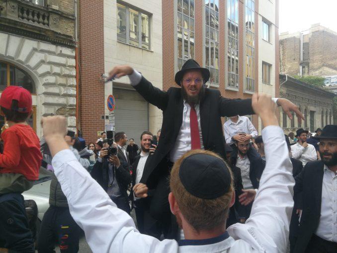 Büdös zsidónak nevezték és baseballütővel fenyegették a Pesti Stibel avatására érkezett gyülekezet tagjait – TEV