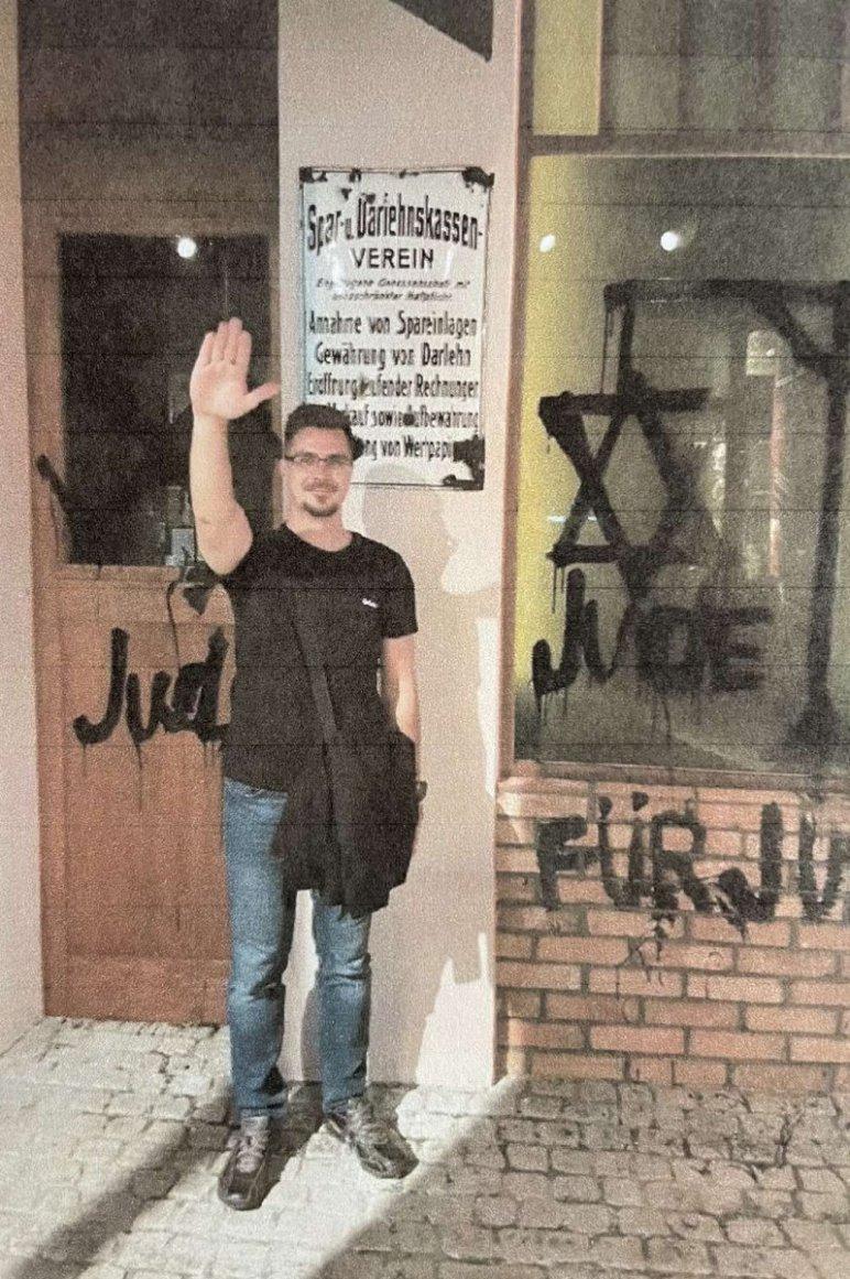 Ózd alpolgármestere és a náci karlendítés